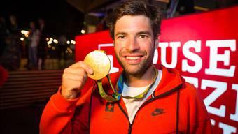 Mario Gyr mit der Goldmedaille in der Hand.