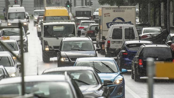 Seit neun Jahren nimmt die Zahl der Autokäufe in Basel ab.