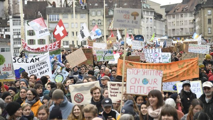 Tausende Schülerinnen und Schüler und ihre Eltern und Grosseltern demonstrieren in 13 Schweizer Städten (hier in Basel) für eine bessere Klimapolitik.
