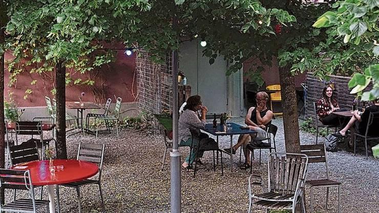 Der lauschige Garten des «Odeons» kommt trotz Corona ohne Absperrbänder aus.