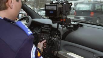 Mit mehr als Tempo 100 statt der erlaubten 50 km/h hat die Tessiner Kantonspolizei bei einer Geschwindigkeitskontrolle in Brissago TI einen Motorradfahrer erwischt. (Symbolbild)