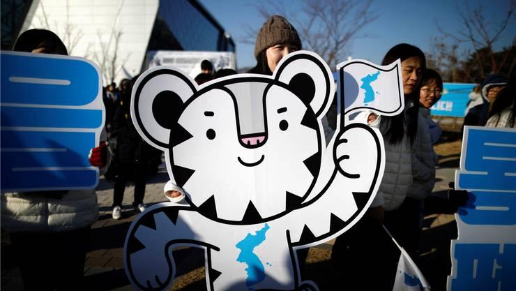 Viele Südkoreaner, hier mit dem Maskottchen in Pyeongchang, sind erleichtert ob der Annäherung mit dem Norden.