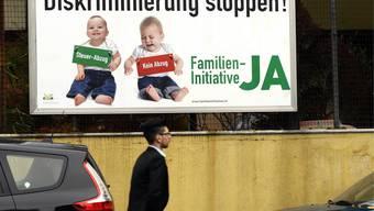 Ein Plakat zur Familieninitiative «Steuerabzüge auch für Eltern, die ihre Kinder selber betreuen»