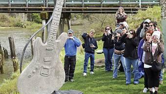 Fans fotografieren die steinerne Gitarre in Aberdeen