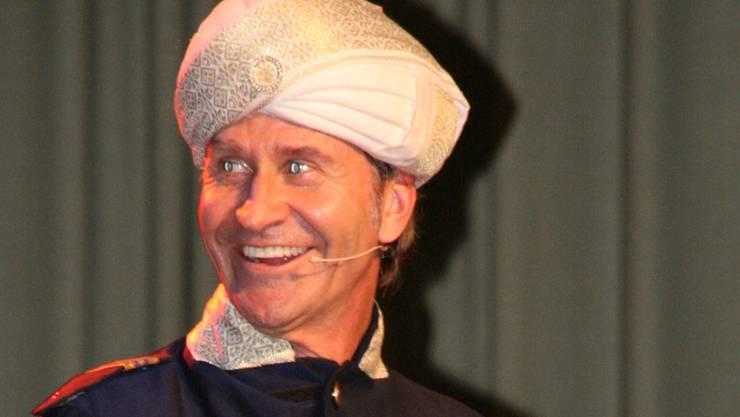 Rob Spence als indischer Flugkapitän in Eiken: Das Benzin geht aus, aber keine Panik. psc