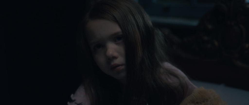 Die kleine Nell, nachdem sie zum ersten Mal die Frau mit dem verbogenen Hals gesehen hat. (Bild: Screenshot/Netflix)
