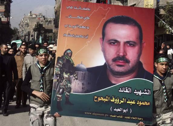 Palästinenser tragen im Januar 2010 ein Porträt von al-Mabhuh durch die Strassen des Flüchtlingslagers Jarmuk bei Damaskus.