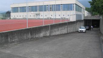 Das zum Verkauf stehende Militärspital befindet sich in den Untergeschossen unter der Kreisschule Mittelgösgen; rechts im Bild der Eingang. zvg
