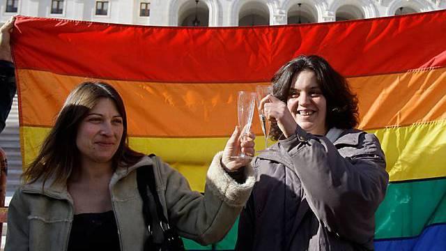 Ein lesbisches Paar in Portugal freut sich über den Entscheid