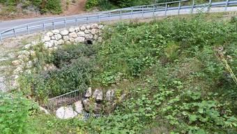 Hier unterquert der Bach die Saalstrasse. Danach verschwindet er bis zum Dorf in einem baufälligen Stollen. Das kann bei Starkregen zur Überschwemmung führen, darum möchte ihn das AVT öffnen.