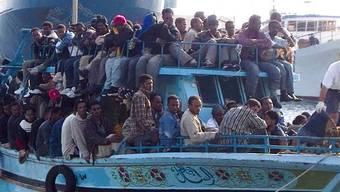 Vollgeladenes Flüchtlingsboot auf dem Weg nach Italien (Archiv)