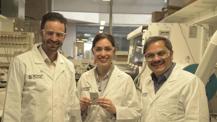 Assistenz-Professor Matthew Hill, Dr. Mahdokht Shaibani und Professor Mainak Majumder posieren mit ihrer Batterie in Australien.