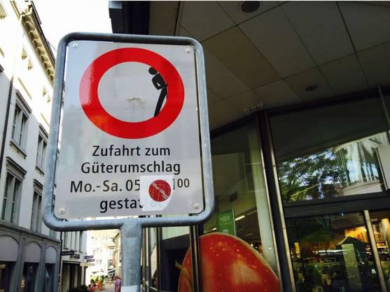 Auch hier an der Freien Strasse in Basel guckt seit dem Wochenende eine schwarze Figur hinter dem roten Ring hervor. Foto: barfi.ch