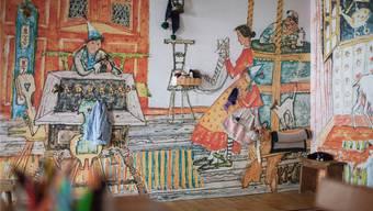 Die Stube von Schellen-Ursli ist in Zürich nachgebaut. Mit Glöggli, Bäbi und Stabellen dürfen Kinder spielen.