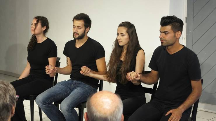 Vier syrische Flüchtlinge spielen die Geschichten, die andere Flüchtlinge erzählt haben, als Theater nach – das Buch dazu erscheint morgen Freitag.