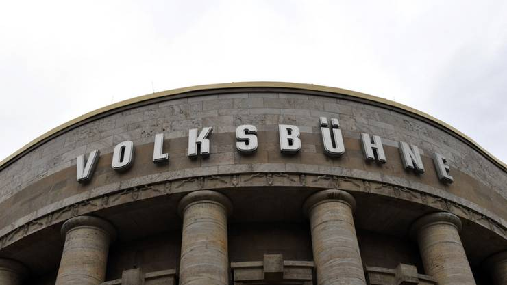 Die Volksbühne in Berlin muss sich nach dem Abgang des Intendanten Chris Dercon auf eine längere Hängepartie vorbereiten. (Archiv)