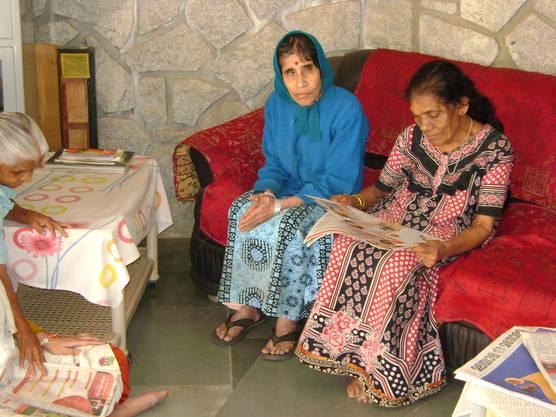 Bewohnerinnen des Altenheims in der Nähe der Stadt Bangalore