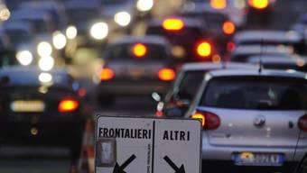 Abendverkehr mit Grenzgängern bei Ponte Chiasso