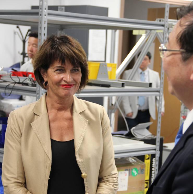 Doris Leuthard lässt sich in einem Technologiezentrum in Hongkong erklären, welche Roboter hier entwickelt werden.