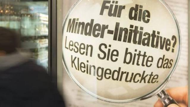 Abstimmungsplakat zur Abzocker-Initiative im Bahnhof Bern (Archiv)