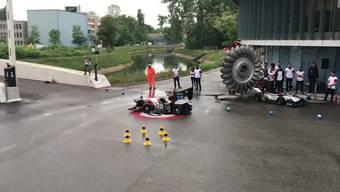 Die leise Show kann losgehen:Das Rennauto «Eiger» nach seiner Enthüllung auf dem EKZ-Gelände in Dietikon. Das elektronische Rennauto wurde von ETH-Studenten entwickelt.