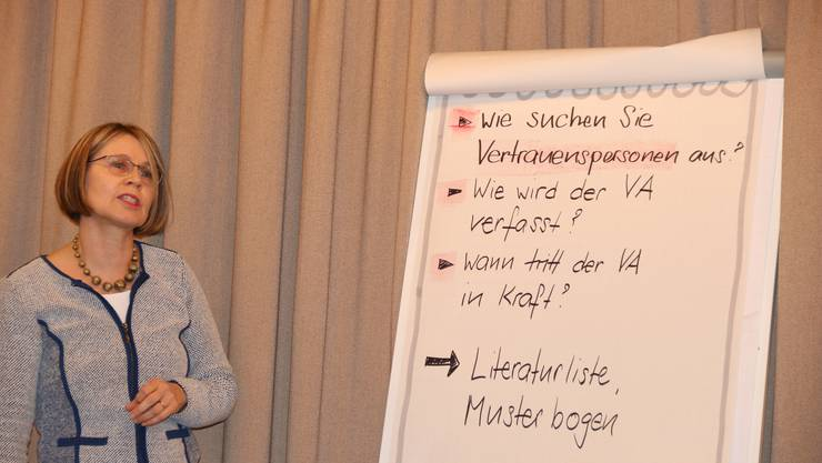 Rita Steiner-Lippuner, Bäuerlich-hauswirtschaftliche Beraterin und Fachlehrerin am Bildungszentrum Wallierhof, erläutert die Erstellung eines Vorsorgeauftrags