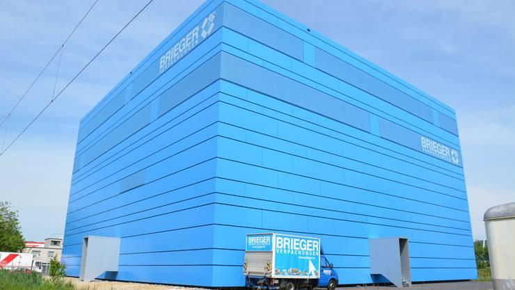 Von Aussen sieht die Brieger Bluebox aus wie ein vollkommener blauer Kubus ohne Fenster