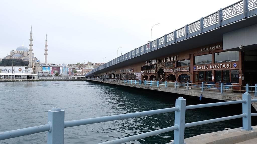 Blick auf Restaurants unter der Galata-Brücke in Istanbul. Foto: Mirjam Schmitt/dpa