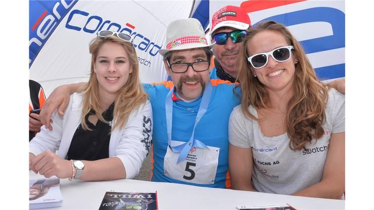 Kunstturnerin Giulia Steingruber (links) und Beach Volleyball-Spielerin Nadine Zumkehr (rechts) posieren mit Fans und Teilnehmern.