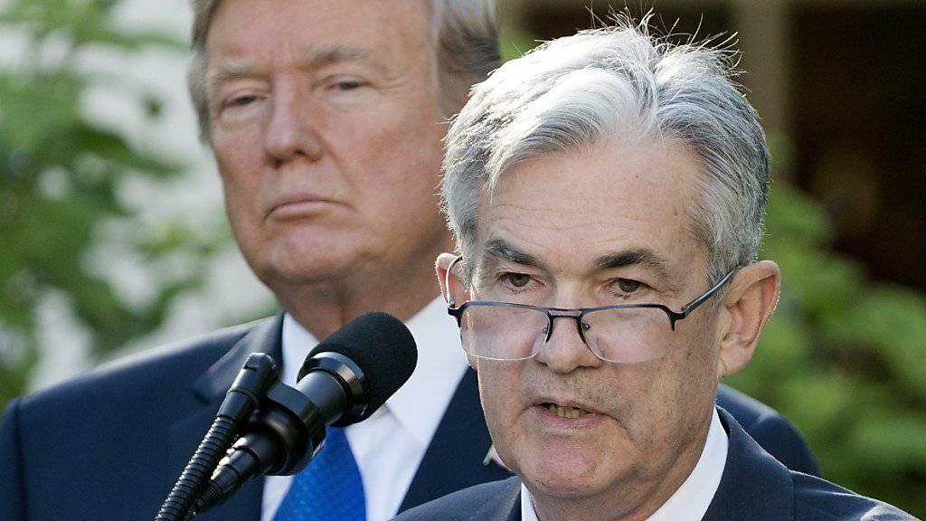 Der Chef der US-Notenbank, Jerome Powell (rechts), will sich nicht von US-Präsident Donald Trump (links) in die Politik der Zentralbank reinreden lassen. (Archivbild)