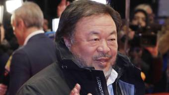 Auch der Künstler Ai Weiwei flanierte am Donnerstagabend über den Roten Teppich zur Eröffnungsgala der 67. Berlinale. Mit seiner Windjacke war er für den Anlass leicht underdressed.