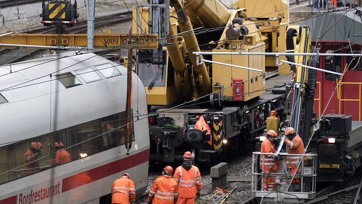 Die letzten beiden Waggons eines am Mittwochabend bei der Basler Bahnhofseinfahrt entgleisten ICE-Zuges wurden am Donnerstag von der Unfallstelle geborgen.