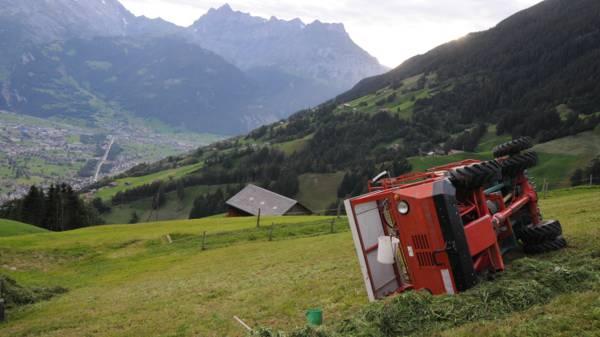 Ladewagen kippt um – 68-Jähriger schwer verletzt