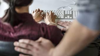 Neben sexistischen Bemerkungen oder Witze über Aussehen, Kleidung sowie die sexuelle Orientierung gehören auch wiederholt unerwünschte Einladungen sowie Berührungen zur sexuellen Belästigung.