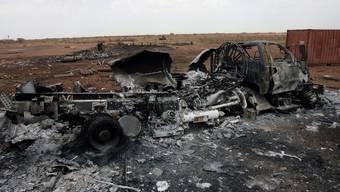 Ein ausgebranntes Motorfahrzeug in Heglig, im sudanesischen Grenzgebiet (Symbolbild)