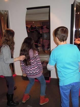 Besonders die Spiegel im Kindermuseum gefallen den Schülerinnen und Schülern der 4