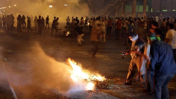 Demonstranten entzünden in Kairo Baumstämme.