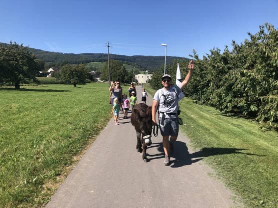 Auf dem Weg nach Veltheim werden unsere Esel von einer Gruppe Hörern begleitet.