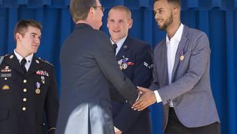 US-Verteidigungsminister Ashton Carter bedankt sich bei den drei jungen Männern, die mit ihrem Eingreifen einen blutigen Anschlag in einem Hochgeschwindigkeitszug Richtung Paris verhindert haben.