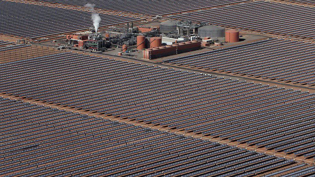 An China kommt im Solarzellenmarkt niemand vorbei, fünf der sechs grössten Hersteller von Solarzellen gehören der Volksrepublik: Solarkraftwerk im marokkanischen Ouarzazate. (Symbolbild)