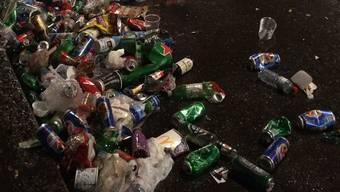 Die Fussball-Fans hinterliessen Zehntausende Bierdosen und Glasflaschen auf dem Barfi.