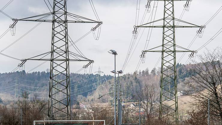 Der Stromkonzern Axpo hat vom Anstieg der Preise am europäischen Strommarkt profitiert und deutlich mehr Gewinn ausgewiesen - im Bild Strommasten in Beznau.