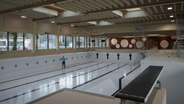 Wegen den Sanierungsarbeiten mit den Rollgerüsten wurde in den Schwimmbecken des Dietiker Hallenbads Fondli das Wasser entfernt.