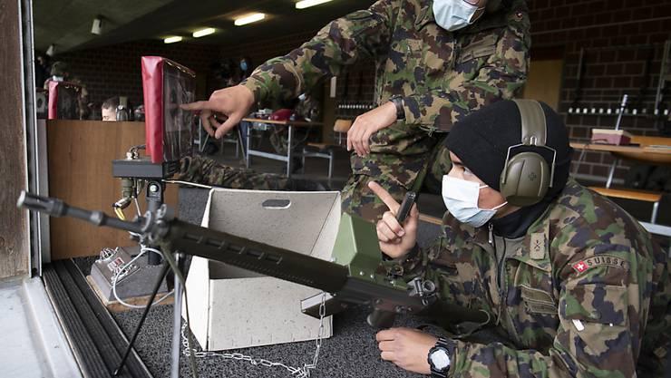 Die Sommer-RS der Schweizer Armee finden wie geplant statt. Es gelten aber strenge Schutzkonzepte, die auch das Tragen von Hygienemasken vorsehen, wenn die Abstandsregeln nicht eingehalten werden können. (Archivbild)