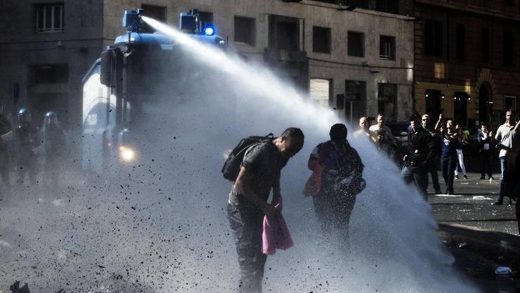 Nach der Räumung eines von Migranten besetzten Hauses ist es im Zentrum von Rom zu Zusammenstössen mit der Polizei gekommen.