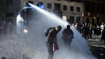 Gewalttätige Zusammenstösse zwischen Polizei und Migranten nach Hausräumung in Rom (August 2017)