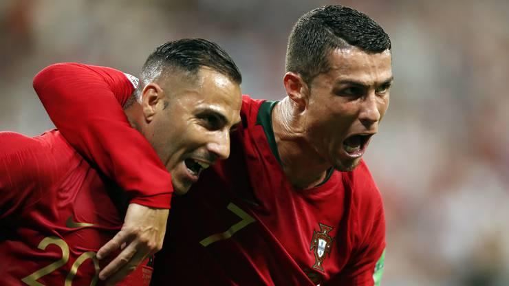 Torschütze Ricardo Quaresma (links) wird vom Super Cristiano Ronaldo gefeiert.
