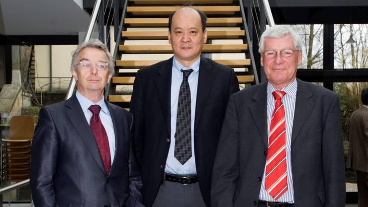 Andreas Auer (Leiter des Zentrums für Demokratie), Dashjamts Battulga (Stabschef des mongolischen Präsidenten) und Thomas Pfisterer gestern in Aarau.  Emanuel Freudiger