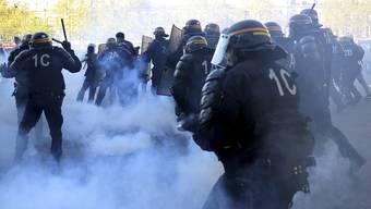 Immer wieder kommt es zwischen Polizisten und Gelbwesten zu gewalttätigen Szenen.