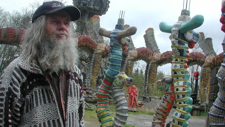 Bruno Weber in seinem Skulpturenpark inmitten des unvollendeten Projekts «Wassergarten» im Jahr 2005